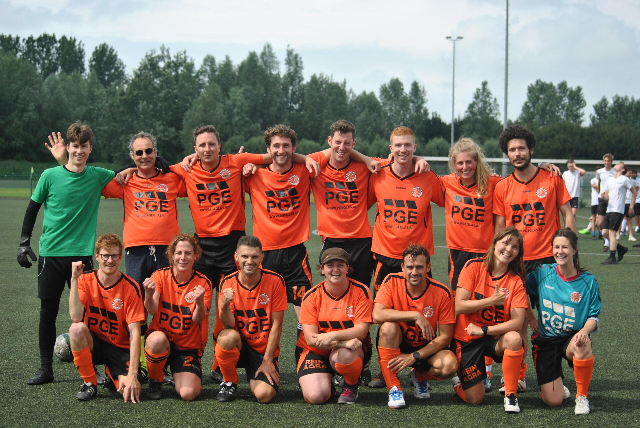 Voetbalclash Teachers United vs laatstejaars   2-1
